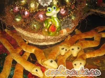 Новогодние слоеные язычки-змейки