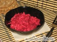 Салат с колбасным сыром и свеклой